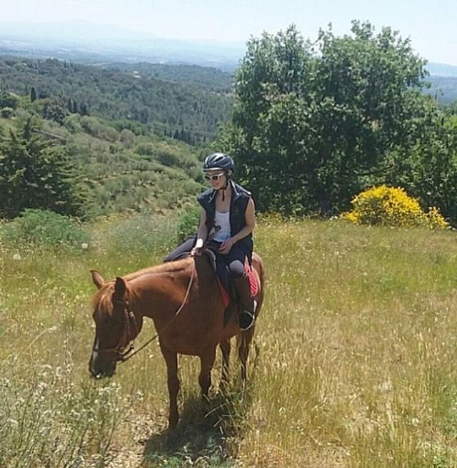 画像: 「ヘルメットを被っている理由はね、この馬が急に速く歩いたりするからよ!」とキャプションをつけて。