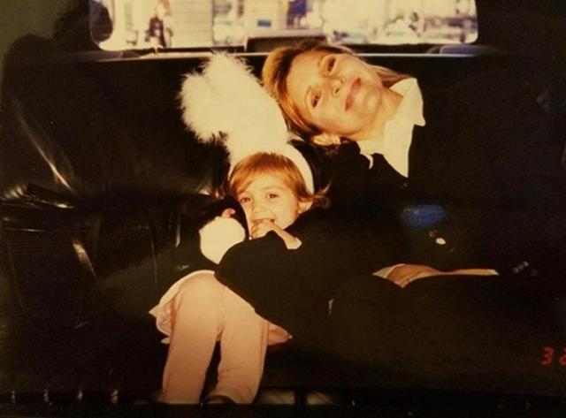 画像: キャリーと幼い頃のビリー。