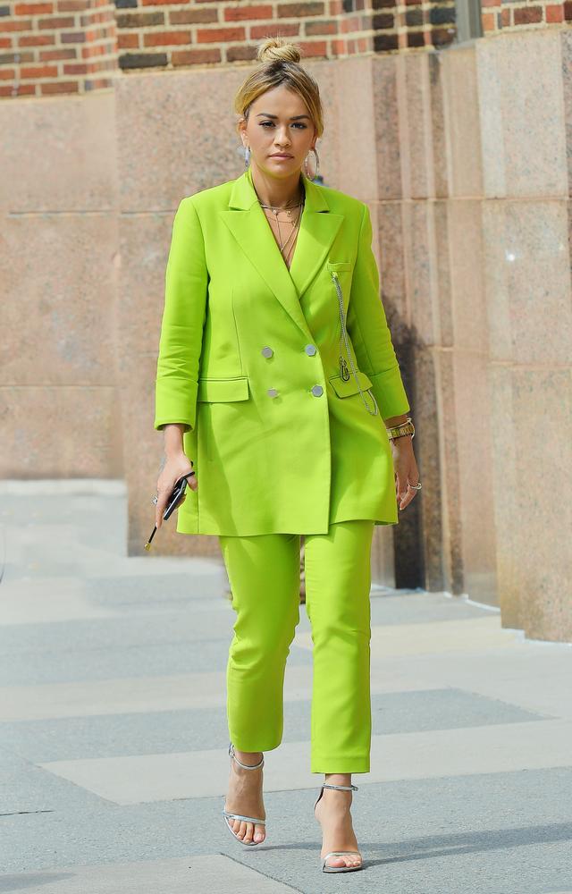 画像1: リタ・オラがトレンドのセットアップスーツを全身ライトグリーンで着こなす