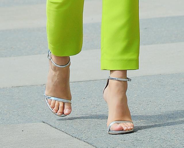 画像3: リタ・オラがトレンドのセットアップスーツを全身ライトグリーンで着こなす