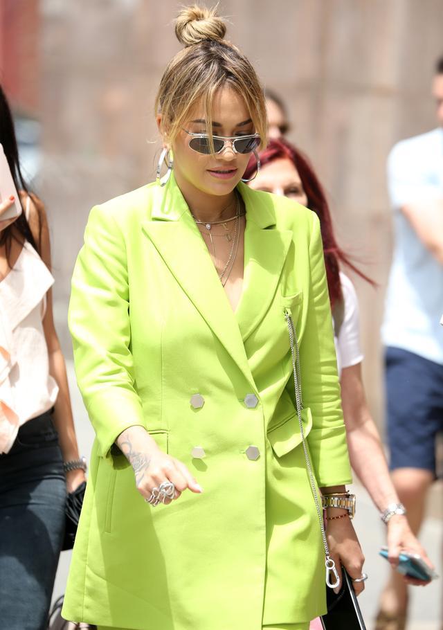 画像2: リタ・オラがトレンドのセットアップスーツを全身ライトグリーンで着こなす