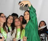 画像: イベントでファンと写真を撮って