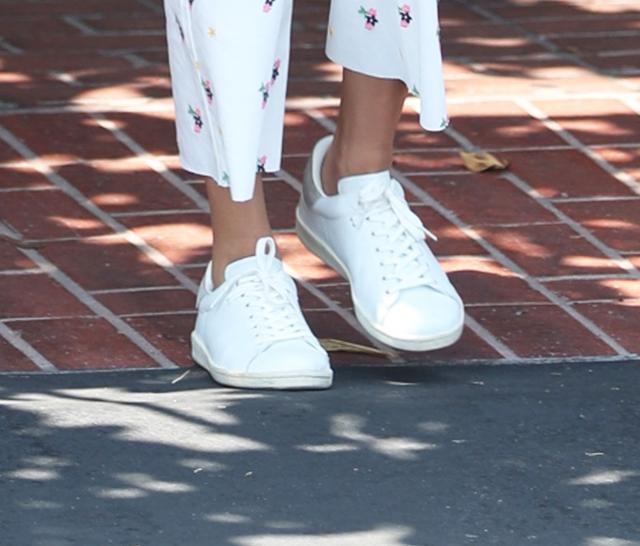 画像3: ヘイリー・ボールドウィンの最新スニーカースタイルがオシャレ!