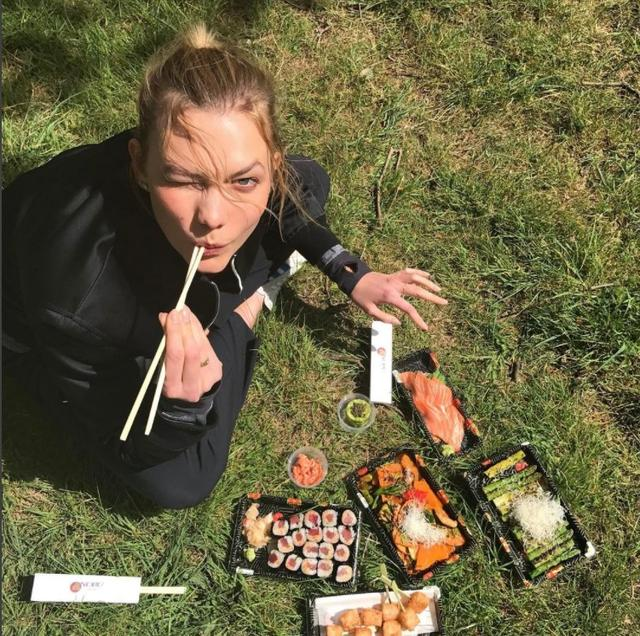 画像: 好きなものを好きなだけ食べて、しっかり運動するのがカーリーのヘルシーライフの掟。鉱物のお寿司をテイクアウトして公園でピクニック。
