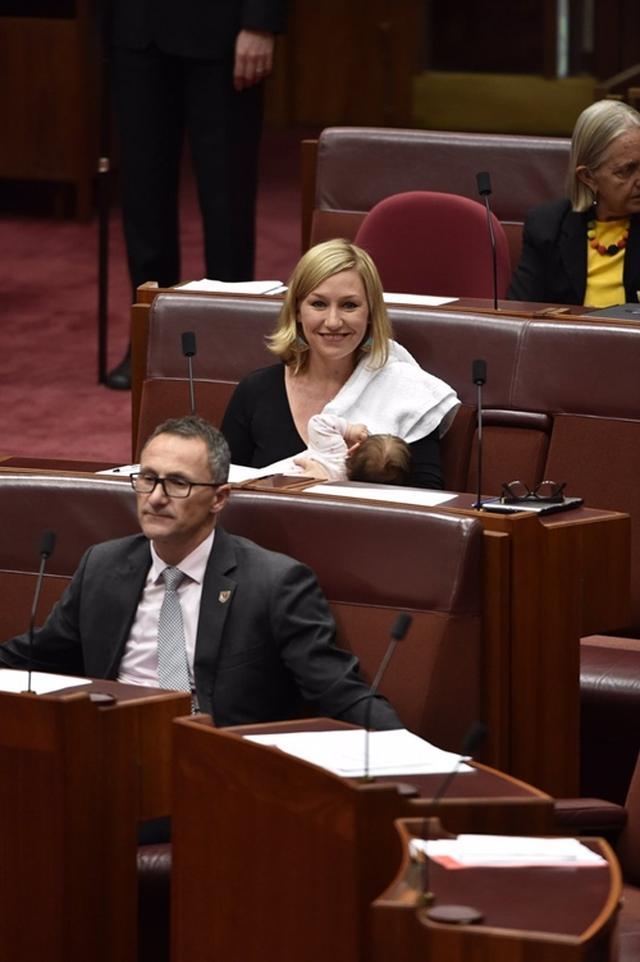 画像2: 議会で法案提出中に授乳、オーストラリアの女性議員の行動に賛否両論