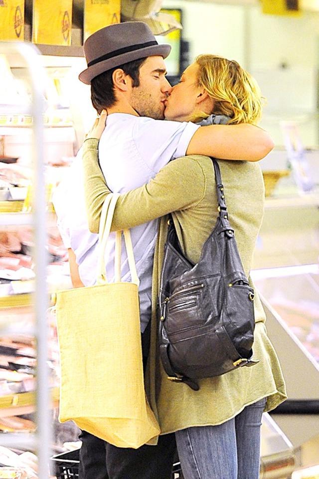 画像: 行きつけのスーパーでも人目をはばからずキス。