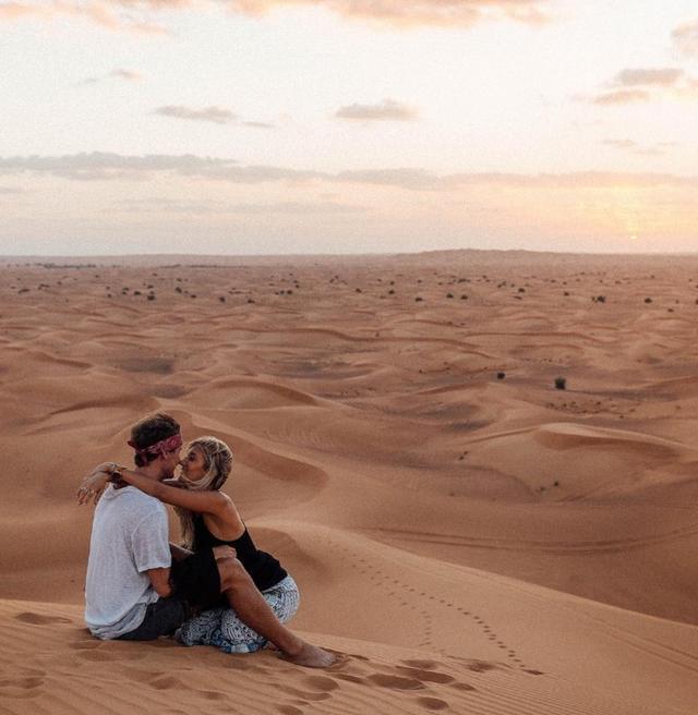 画像: ドバイの砂漠でのロマンチックな1枚