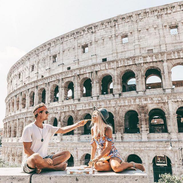 画像: ローマのコロセウムの前でおしゃれにランチタイム