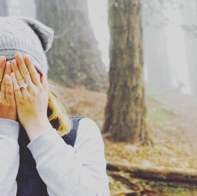 画像: エミリーが5月にインスタグラムで公開した写真では左手薬指に指輪が。