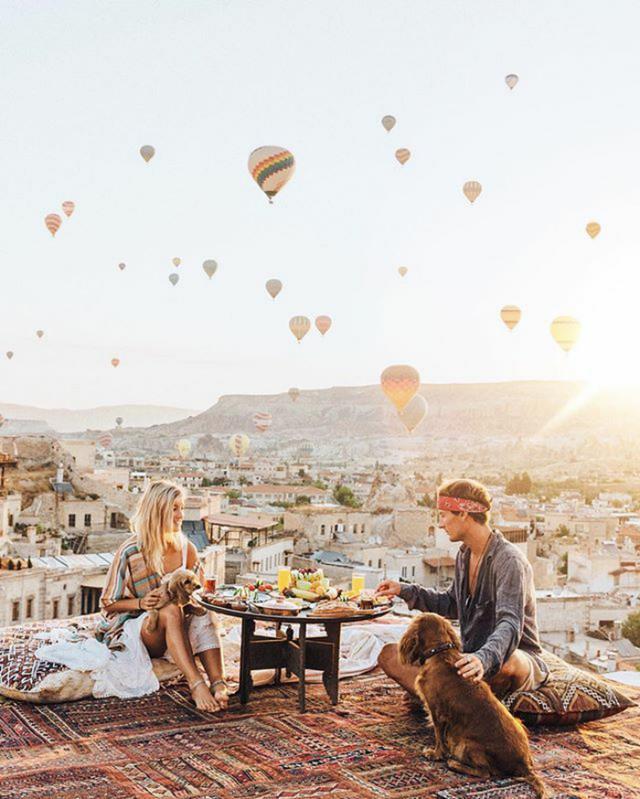 画像: トルコのカッパドキアの名物であるカラフルな気球をバックにブランチ