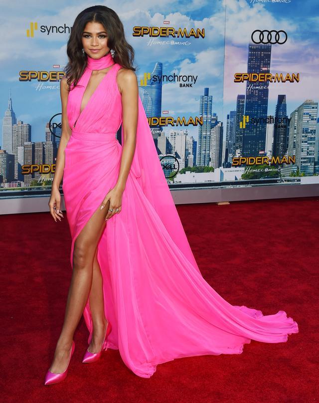 画像1: 映画『スパイダーマン』女優、ネオンピンクのドレス姿がバービー人形のよう!
