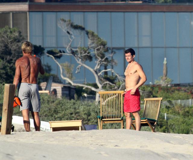 画像1: オーランド・ブルーム、マリブのビーチでセクシーなボディを披露