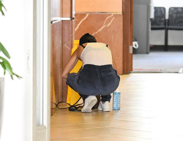 画像1: コートニー・カーダシアンが床で…謎の行動