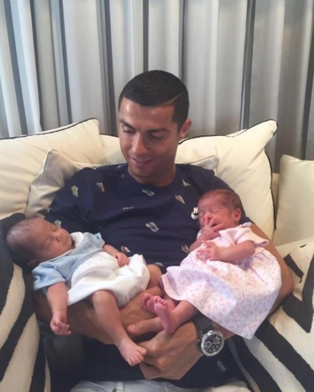 画像: クリスティアーノ・ロナウドが誕生した双子と初対面!「すごく幸せ」