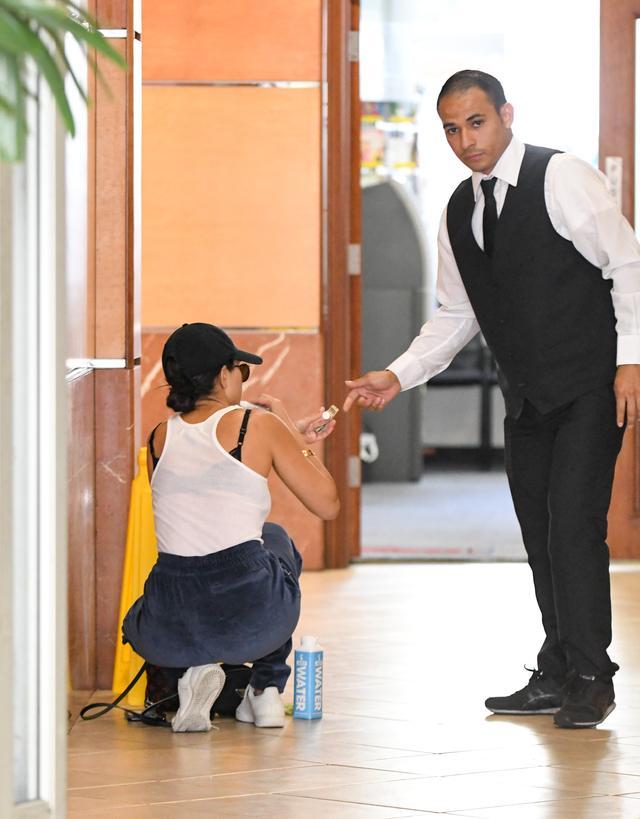 画像4: コートニー・カーダシアンが床で…謎の行動