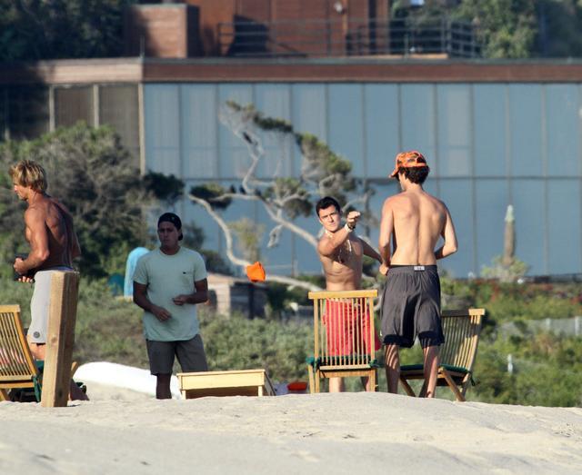 画像3: オーランド・ブルーム、マリブのビーチでセクシーなボディを披露
