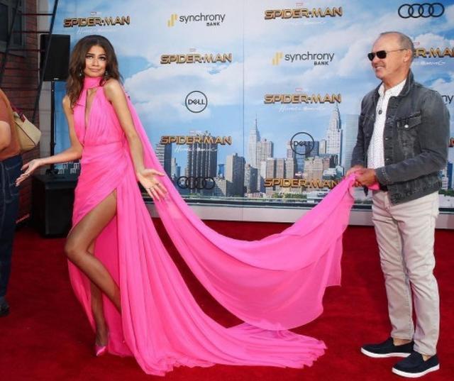 画像3: 映画『スパイダーマン』女優、ネオンピンクのドレス姿がバービー人形のよう!