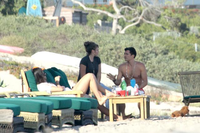 画像2: オーランド・ブルーム、マリブのビーチでセクシーなボディを披露