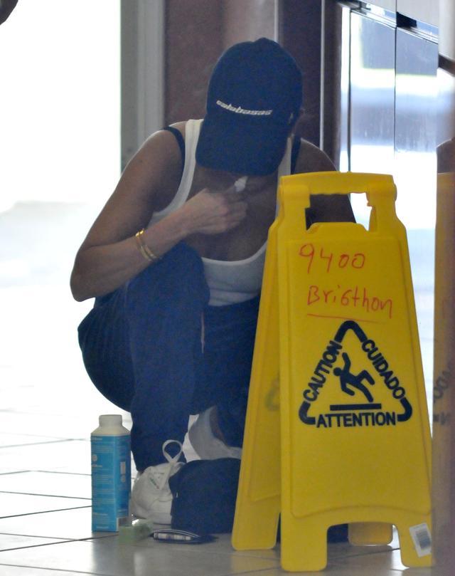 画像3: コートニー・カーダシアンが床で…謎の行動