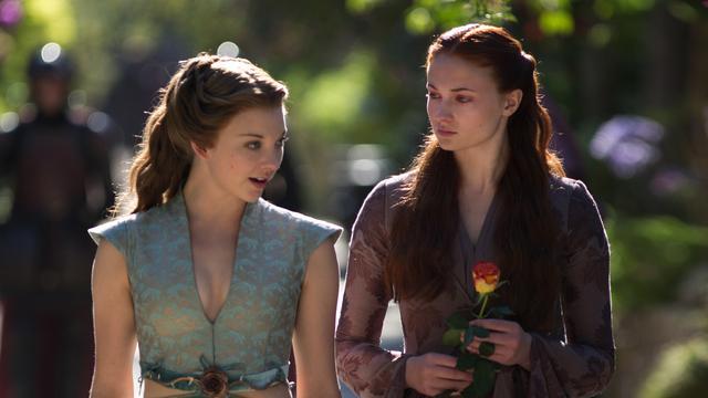 画像: マージェリーと話すサンサのシーン。確かにヘアスタイルが似ている。