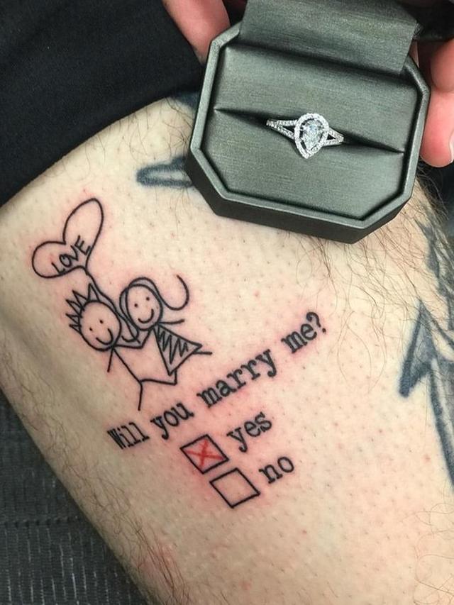 画像: ある男性が「結婚してください」と入ったタトゥーで彼女にプロポーズ