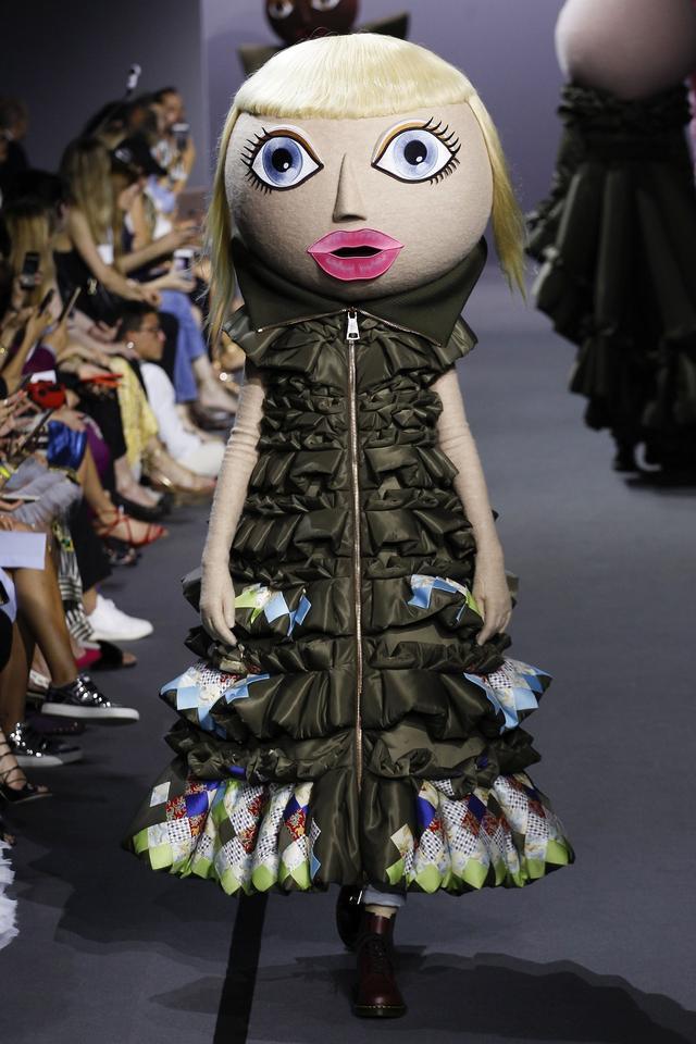 画像5: 有名ブランドのランウェイにキモかわいい巨大なお面を着けたモデルが登場し騒然