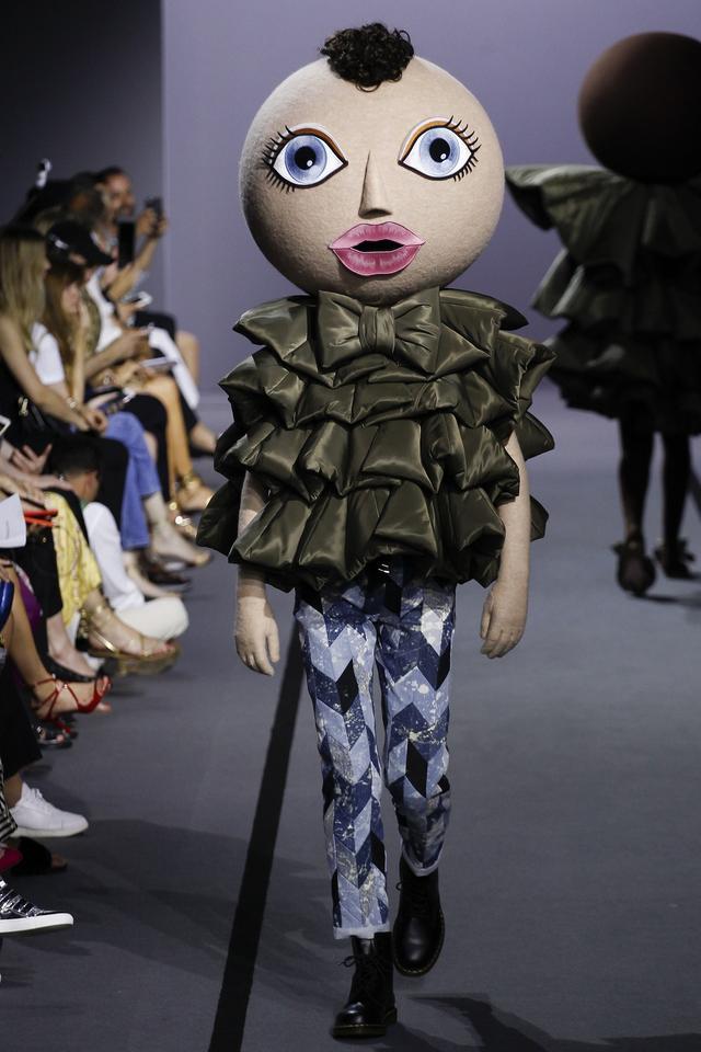 画像4: 有名ブランドのランウェイにキモかわいい巨大なお面を着けたモデルが登場し騒然