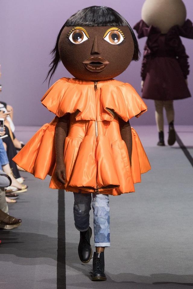 画像1: 有名ブランドのランウェイにキモかわいい巨大なお面を着けたモデルが登場し騒然