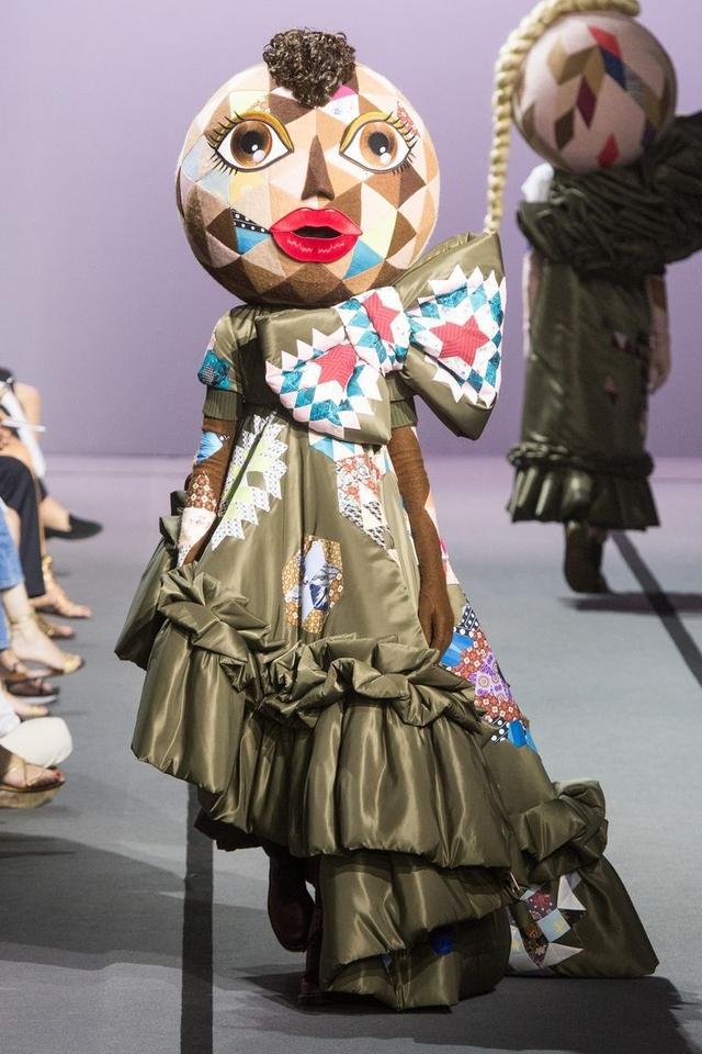 画像2: 有名ブランドのランウェイにキモかわいい巨大なお面を着けたモデルが登場し騒然