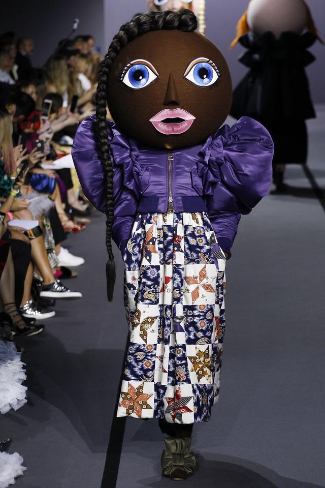 画像7: 有名ブランドのランウェイにキモかわいい巨大なお面を着けたモデルが登場し騒然