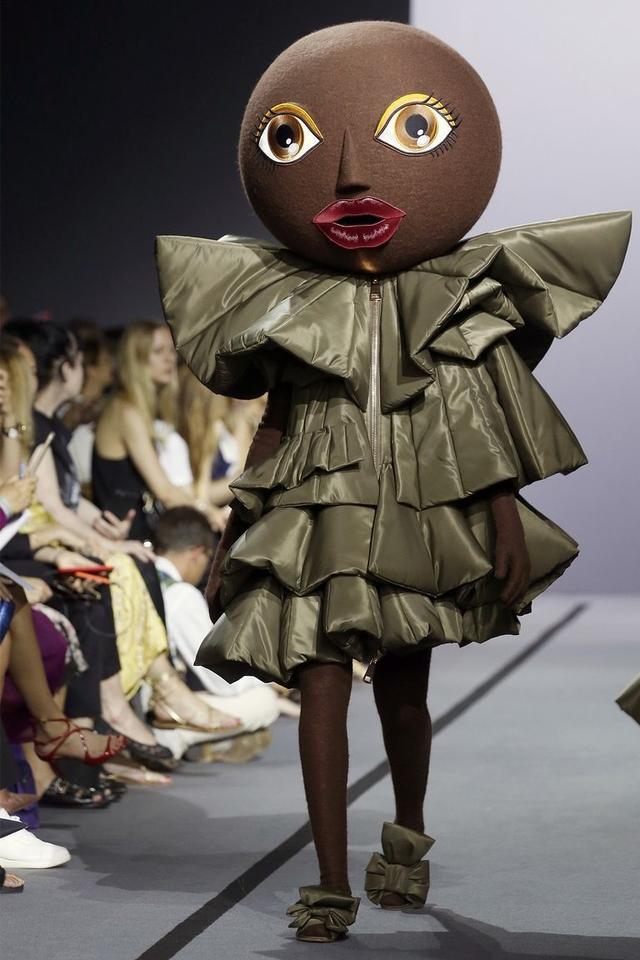画像6: 有名ブランドのランウェイにキモかわいい巨大なお面を着けたモデルが登場し騒然