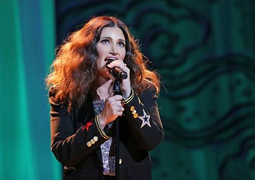 画像: エルサ役の声を担当し、「レット・イット・ゴー」を歌ったイディナ・メンゼル