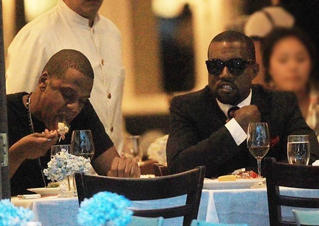 画像: 2010年、NYで一緒に食事をとるジェイとカニエ