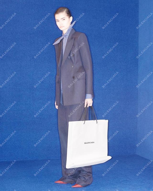 画像: バレンシアガが、再び注目されるバッグを発売