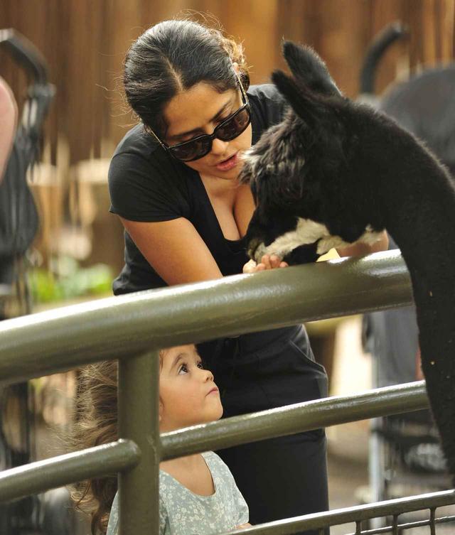 画像: サルマは、世界中で開催される映画のPRに愛娘のヴァレンティナちゃんを同行させているそう。