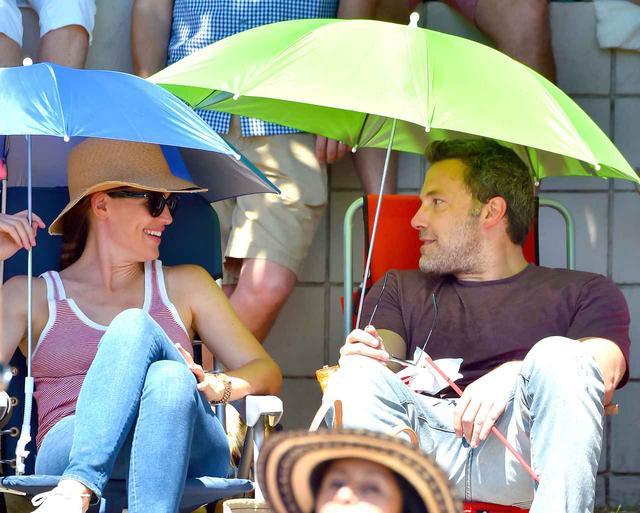 画像: 独立記念日に元妻ジェニファーと談笑するベン。