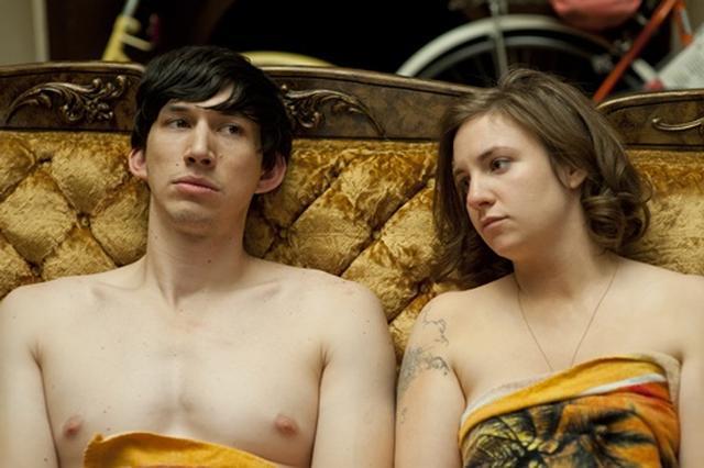 画像: アダム役を演じたアダム・ドライバー(左)は同作でブレイクした後、映画『スター・ウォーズ/フォースの覚醒』に抜擢された(写真はシーズン1より)