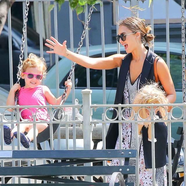 画像: 子供たちと一緒に公園でのんびり過ごすのが、ジェシカのお気に入り。