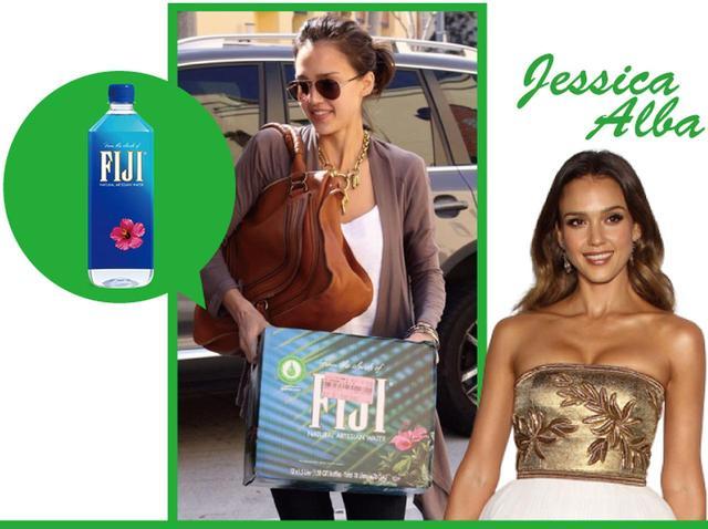 画像: セレブ界でも美容に詳しいことで有名なジェシカ・アルバは、フィジーウォーターを箱買いで愛飲。