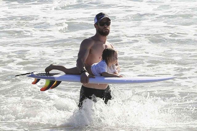画像: 映画『アベンジャーズ』のクリスは、趣味のサーフィンを一緒に楽しんだりと、子供と外出する姿が頻繁に目撃されている。