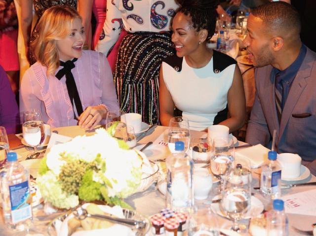 画像: セレブが集まるパーティ会場にスタイリッシュなフィジーウォーターのボトルが。女優のクロエ・モレッツ(左)と女優のミーガン・グッド(中央)
