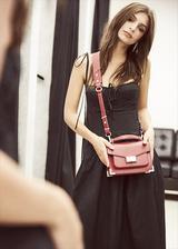 画像1: エミリー・ラタコウスキー、自身がデザインした初のバッグコレクションを発表
