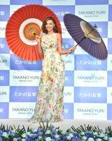 画像: 和傘をプレゼントされご機嫌のミランダ。