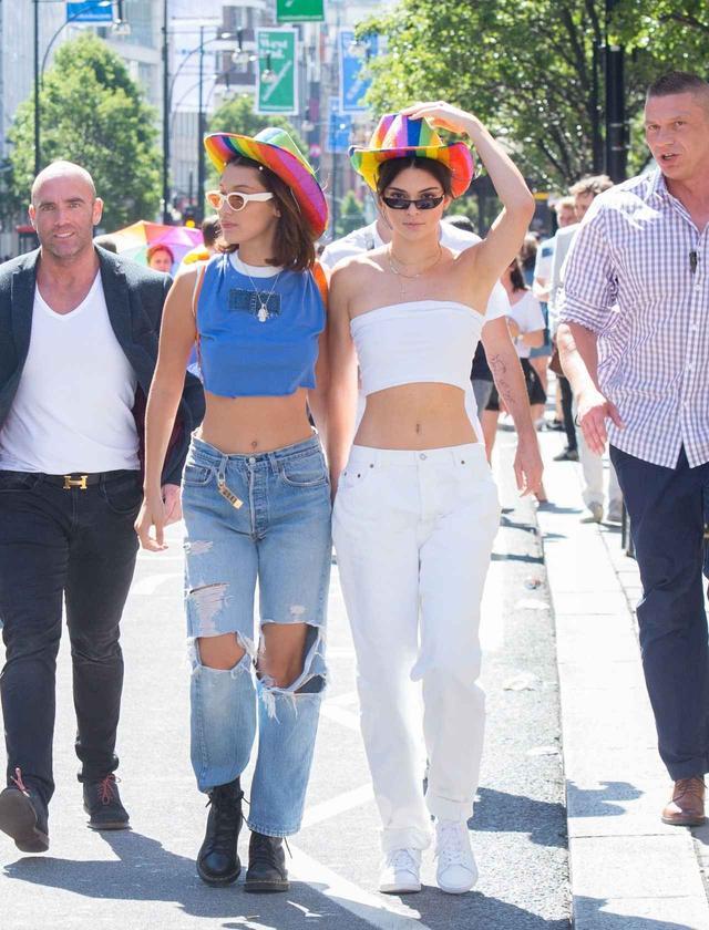 画像1: ベラ&ケンダル親友コンビ、おそろいデニムスタイルでLGBTのパレードへ