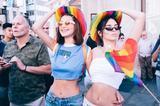 画像3: ベラ&ケンダル親友コンビ、おそろいデニムスタイルでLGBTのパレードへ