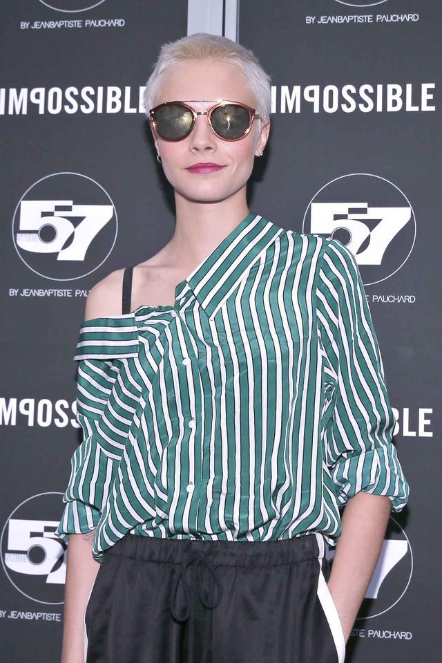 画像2: カーラ・デルヴィーニュが提案、周りと差をつけるストライプシャツの着こなし