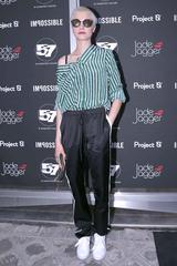 画像1: カーラ・デルヴィーニュが提案、周りと差をつけるストライプシャツの着こなし