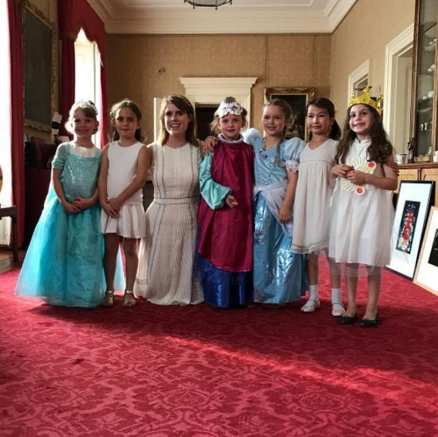 画像: ユージェニー王女(左から3番目)とハーパーちゃん(右から3番目)、そして彼女の学校の友人たち。