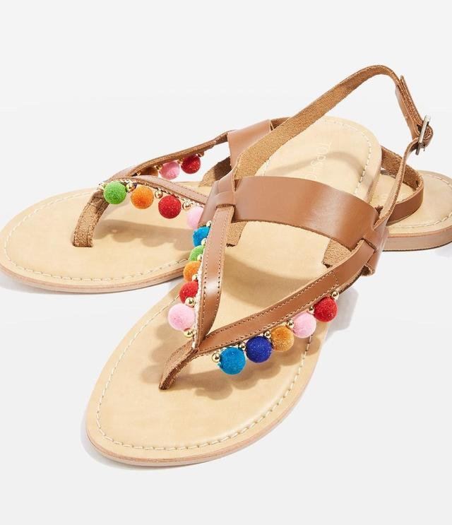 画像: http://www.topshop.com/en/tsuk/product/shoes-430/sandals-5388227/hippie-pom-pom-sandals-6649371?bi=60&ps=20