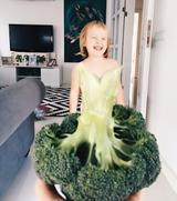 画像4: カラフルな野菜やフルーツが彼女のドレス